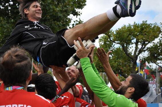 Das Team lässt Teamchef Gilbert Prilasnig beim Homeless World Cup in Amsterdam 2015 hochleben